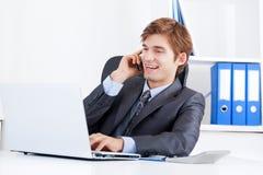 Бизнесмен работая в офисе Стоковое фото RF