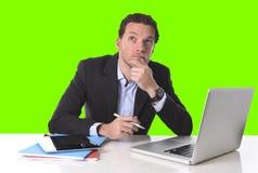 Бизнесмен работая в стрессе на настольной счетной машине офиса изолировал зеленый ключ chroma стоковое фото