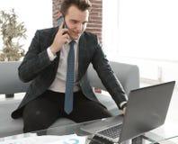 Бизнесмен работая в творческом офисе Стоковое Фото