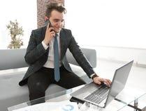 Бизнесмен работая в творческом офисе Стоковые Фото