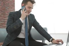 Бизнесмен работая в творческом офисе Стоковые Изображения
