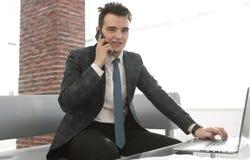 Бизнесмен работая в творческом офисе Стоковые Фотографии RF