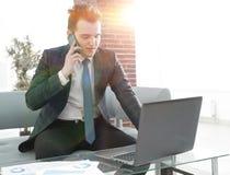 Бизнесмен работая в творческом офисе Стоковая Фотография RF