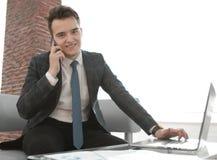 Бизнесмен работая в творческом офисе Стоковое Изображение