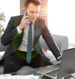 Бизнесмен работая в творческом офисе Стоковое Изображение RF
