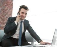 Бизнесмен работая в творческом офисе Стоковые Изображения RF