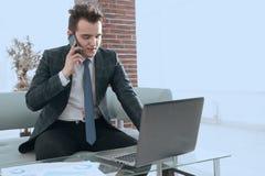 Бизнесмен работая в творческом офисе Стоковая Фотография