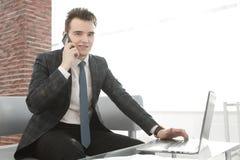 Бизнесмен работая в творческом офисе Стоковое фото RF