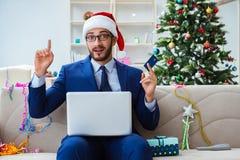 Бизнесмен работая дома во время рождества Стоковое фото RF
