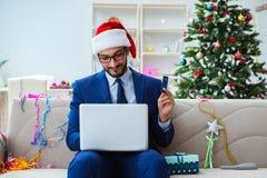 Бизнесмен работая дома во время рождества Стоковые Фотографии RF