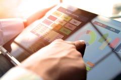 Бизнесмен работая и анализируя финансовые диаграммы на диаграммы используя компьтер-книжку Стоковое Фото