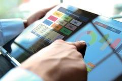 Бизнесмен работая и анализируя финансовые диаграммы на диаграммы используя компьтер-книжку Стоковая Фотография RF