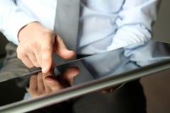 Бизнесмен работая и анализируя финансовые диаграммы на диаграммы используя компьтер-книжку Стоковое Изображение