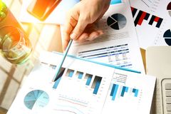 Бизнесмен работая и анализируя финансовые диаграммы на диаграммы на компьтер-книжке Стоковое Изображение
