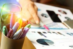 Бизнесмен работая и анализируя финансовые диаграммы на диаграммы на компьтер-книжке Стоковые Изображения