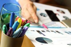 Бизнесмен работая и анализируя финансовые диаграммы на диаграммы на компьтер-книжке снаружи Стоковые Изображения