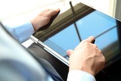 Бизнесмен работая и анализируя финансовые диаграммы на диаграммы используя компьтер-книжку Стоковое фото RF