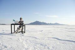Бизнесмен работая на воодушевленности на столе Outdoors Стоковые Изображения