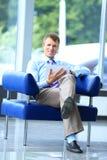 Бизнесмен работая на его таблетке Стоковая Фотография RF