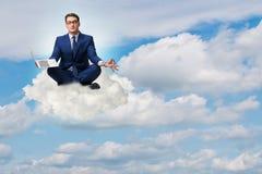 Бизнесмен работая на компьтер-книжке в небе Стоковая Фотография RF