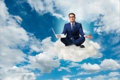 Бизнесмен работая на компьтер-книжке в небе Стоковое Изображение RF