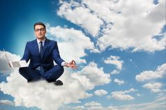 Бизнесмен работая на компьтер-книжке в небе Стоковая Фотография