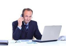 Бизнесмен работая на компьтер-книжке на офисе Стоковые Фото