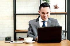 Бизнесмен работая на компьтер-книжке на офисе Стоковая Фотография RF