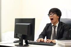 Бизнесмен работая на компьютере, белой предпосылке Стоковое Фото