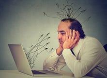 Бизнесмен работая на компьютере в его офисе Стоковые Изображения