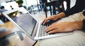 Бизнесмен работая на кофейне с ноутбуком стоковая фотография rf