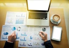 Бизнесмен работая на офисе с dat компьтер-книжки, таблетки и диаграммы стоковое изображение rf