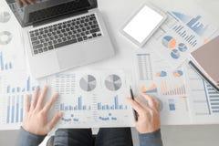 Бизнесмен работая на офисе с dat компьтер-книжки, таблетки и диаграммы Стоковое фото RF