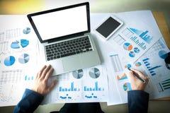 Бизнесмен работая на офисе с dat компьтер-книжки, таблетки и диаграммы Стоковое Фото