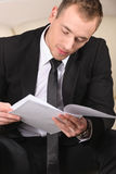 Бизнесмен работая на офисе Стоковая Фотография