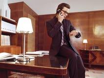 Бизнесмен работая на столе офиса Стоковая Фотография RF