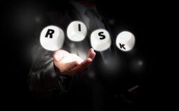 Бизнесмен работая на управление при допущениеи риска Стоковые Изображения RF