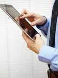 Бизнесмен работая на цифровой таблетке стоковые изображения