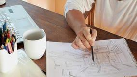 Бизнесмен работая дома или творческий офис с компьтер-книжкой и думая идеей сток-видео