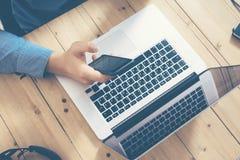 Бизнесмен работая офис Startup деревянной компьтер-книжки таблицы современный Студия Coworking работы человека Используя тетрадь, Стоковые Фото