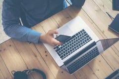 Бизнесмен работая офис Startup деревянной компьтер-книжки таблицы современный Студия Coworking работы человека Используя тетрадь, Стоковое фото RF