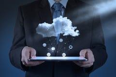 Бизнесмен работая при облако вычисляя стоковые фото