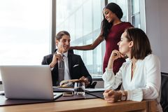Бизнесмен работая с женскими коллегами в офисе стоковое фото rf