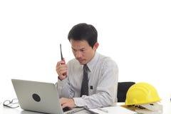 Бизнесмен работая с компьтер-книжкой и радио Стоковое Изображение