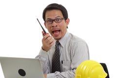 Бизнесмен работая с компьтер-книжкой и радио Стоковая Фотография