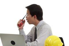 Бизнесмен работая с компьтер-книжкой и радио Стоковые Изображения