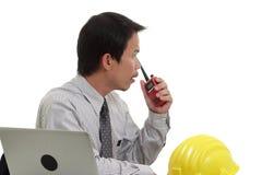 Бизнесмен работая с компьтер-книжкой и радио Стоковые Изображения RF