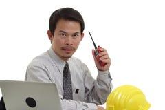 Бизнесмен работая с компьтер-книжкой и радио Стоковое фото RF