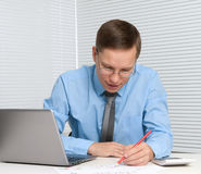Бизнесмен работая с компьтер-книжкой Стоковые Изображения