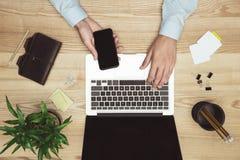 Бизнесмен работая с компьтер-книжкой, smartphone и дневником на месте для работы Стоковые Изображения